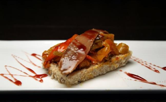 Una tosta con pimientos y anchoas