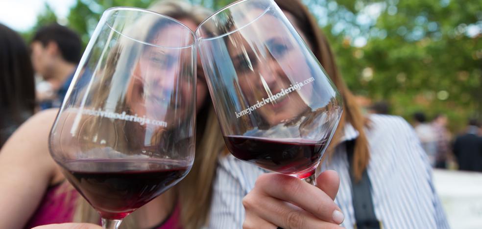 5 gestos para posturear con una copa de vino