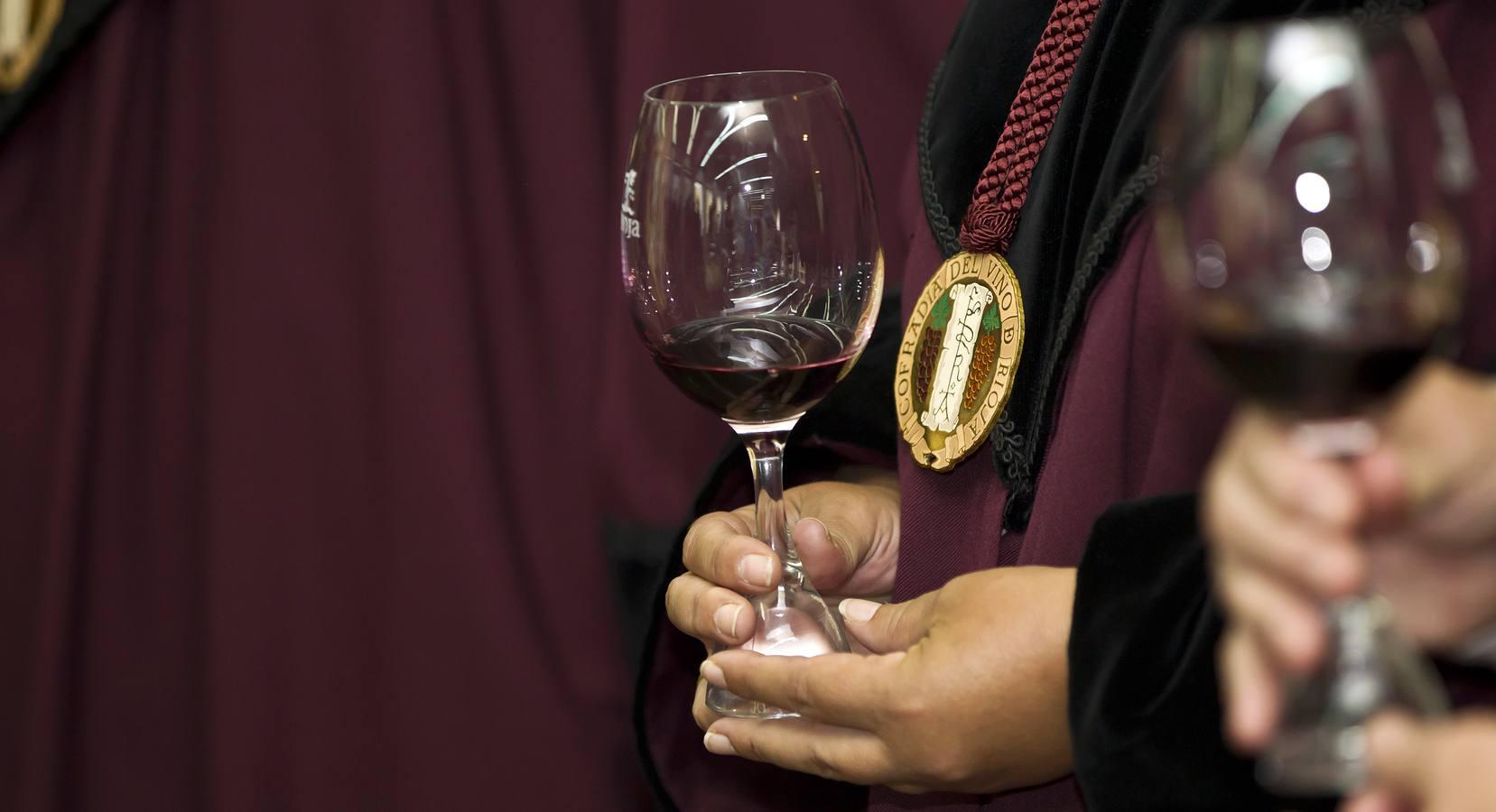 La Cofradía del Vino inviste al primer pleno democrático y a Fernando Salamero
