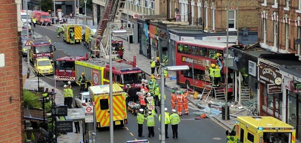 Un autobús de dos plantas se empotra contra una tienda en Londres