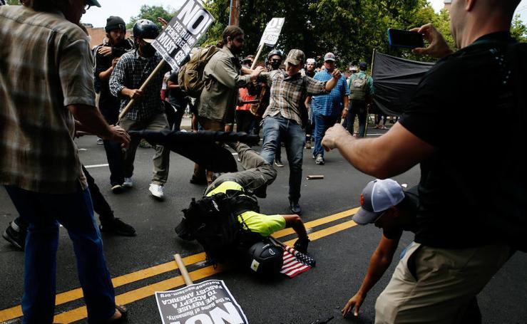Violentos enfrentamientos durante una manifestación de la derecha radical estadounidense