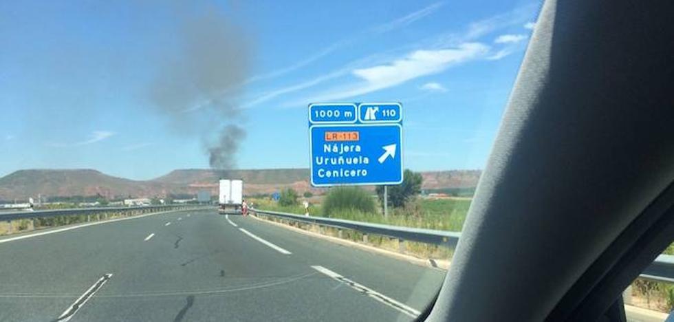 Un vehículo arde en la autovía de Burgos en el entorno de Nájera