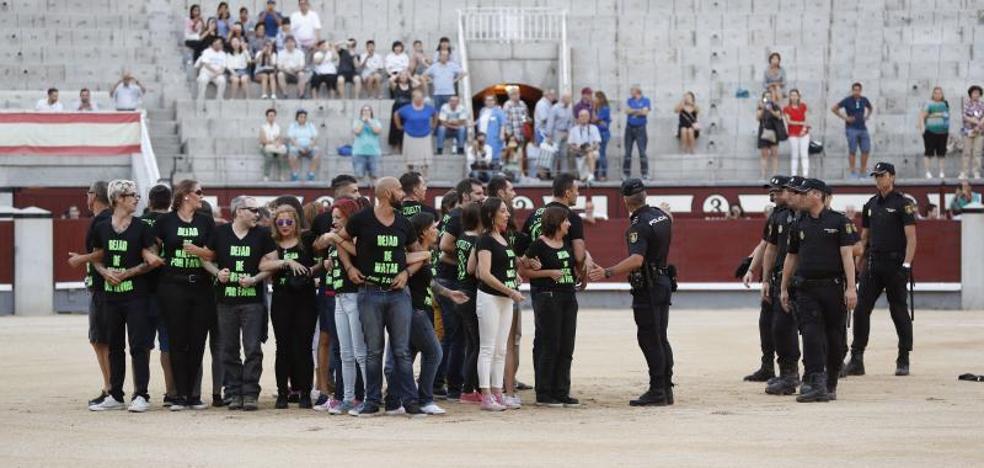 Detenidos 29 antitaurinos que saltaron anoche al ruedo de Las Ventas