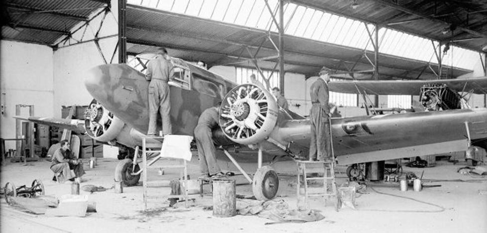 La Retina: reparación de un avión en la Maestranza
