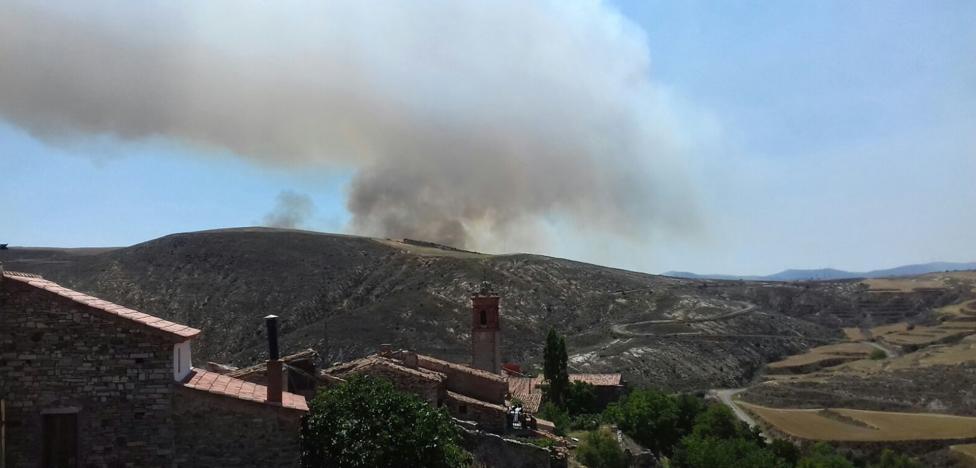 Un incendio forestal en Soria alcanza los límites con La Rioja