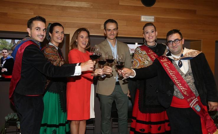 La alcaldesa de Logroño impone la banda a Natalia Sáez y Cristian Sarramián, los Vendimiadores 2017