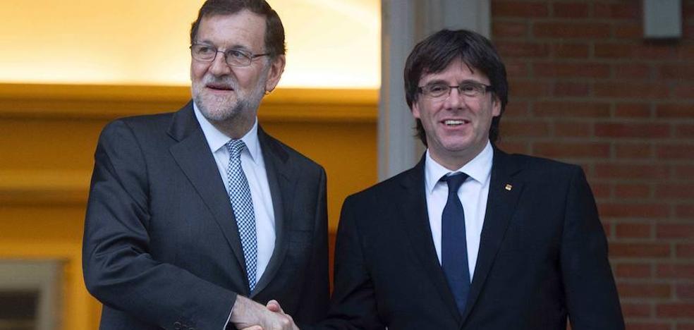 Puigdemont y Colau piden por carta a Rajoy y al Rey negociar el referéndum