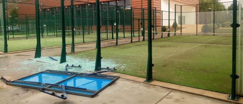 Nuevo acto de vandalismo con la rotura de cristales y de una de las mesas de ping-pong