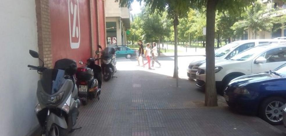 La acera es un parking para motos