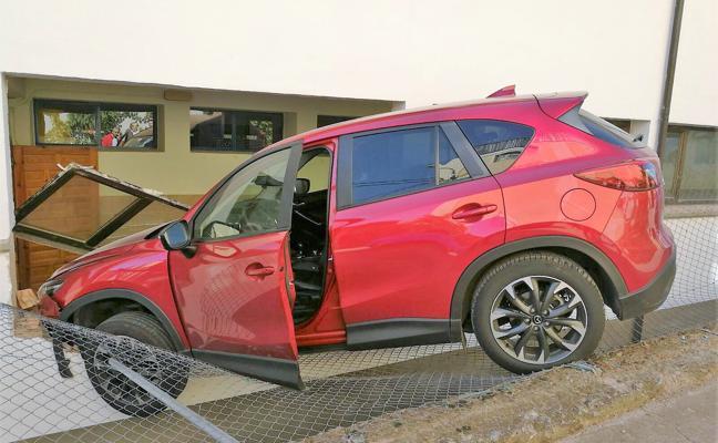Un coche choca contra el colegio de Badarán