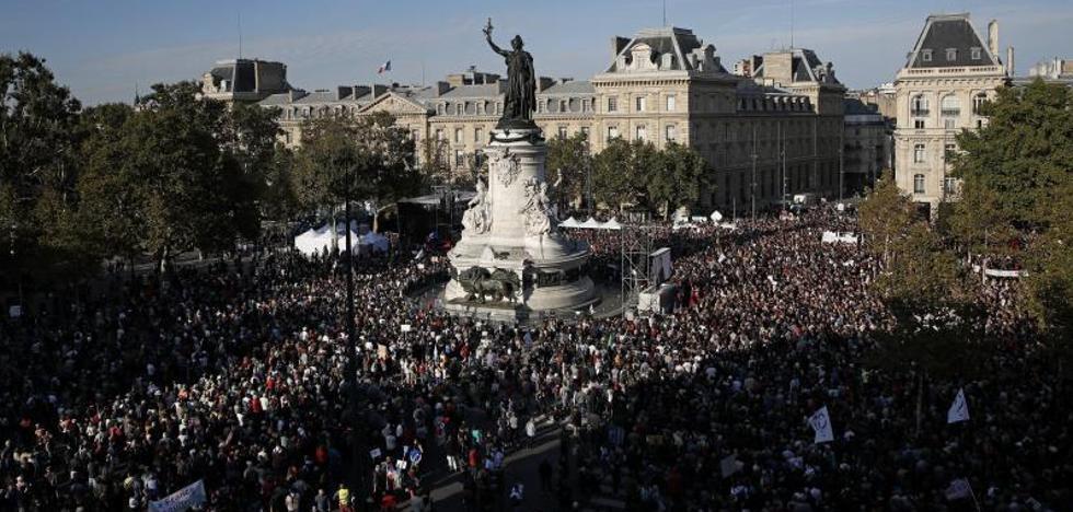 Miles de personas protestan en París contra la reforma laboral de Macron