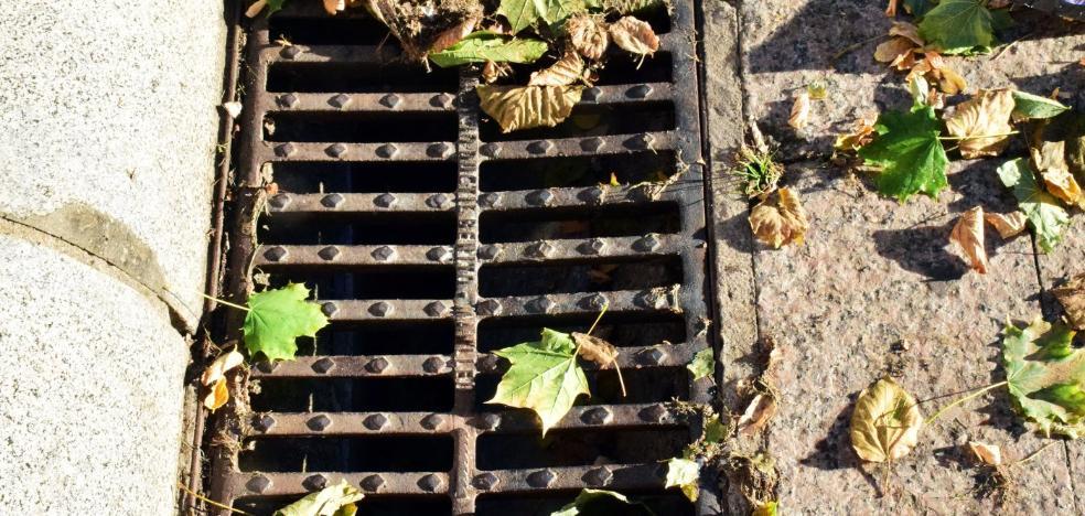 Las hojas siguen taponando las alcantarillas de La Cometa