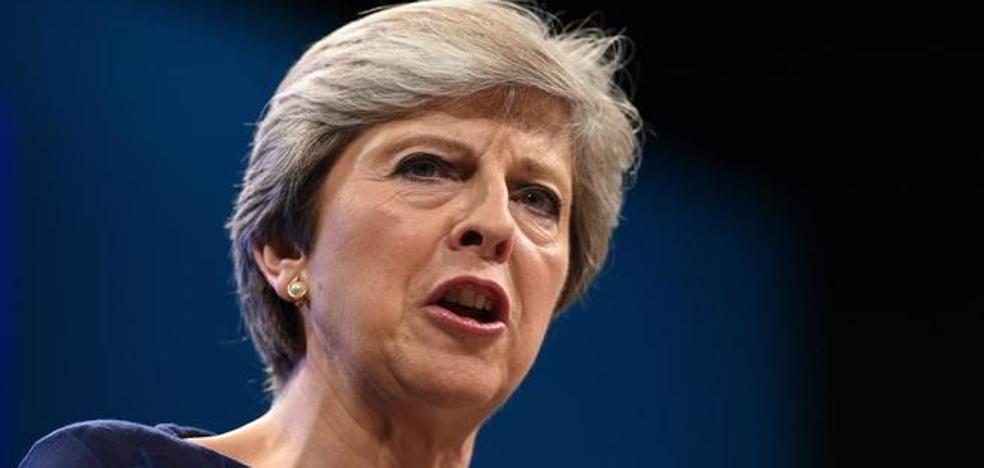 Theresa May dice que hará frente a cualquier complot para derrocarla