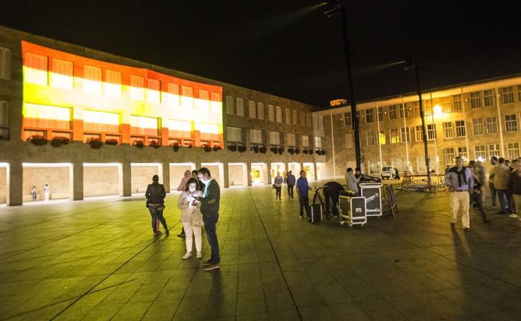Logroño ilumina con los colores de la bandera española el Ayuntamiento, la fuente de Murrieta y el Revellín