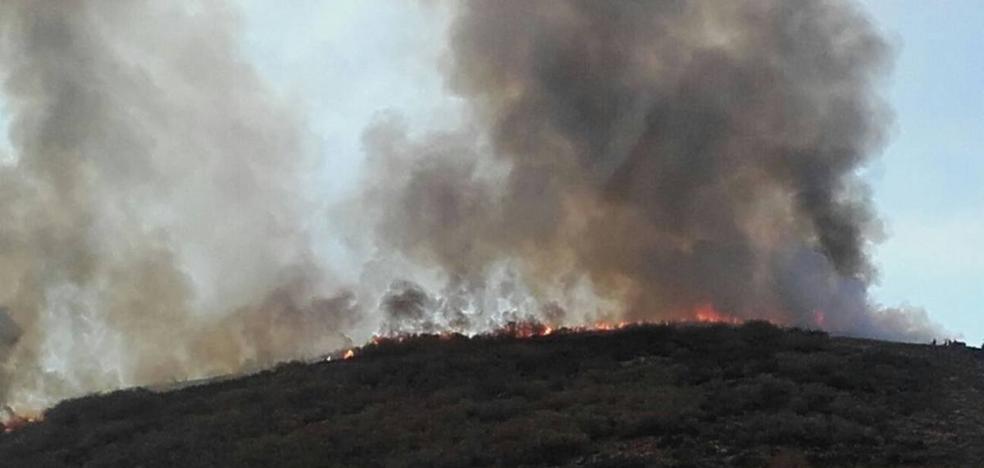 El incendio de Posadas sigue activo y calcina decenas de hectáreas de monte