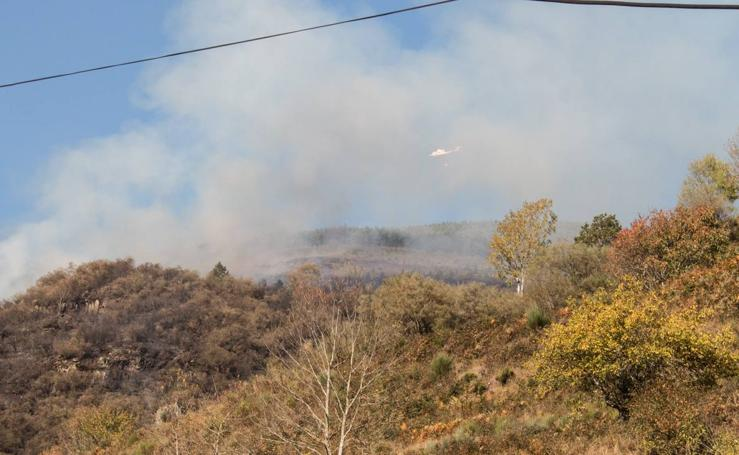 Un incendio calcina decenas de hectáreas de monte en la aldea de Posadas