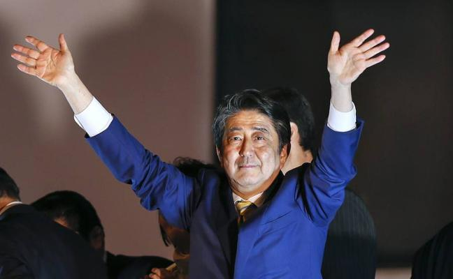 Amplia victoria del primer ministro Abe en Japón