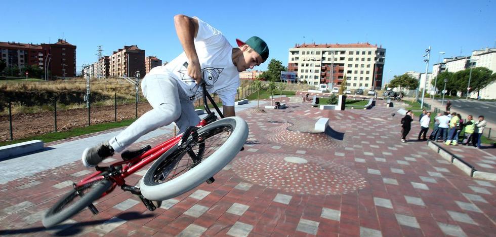 Un niño de 13 años acaba en el San Pedro tras caerse en el 'skatepark' de Lobete