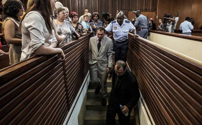 Cárcel para dos sudafricanos culpables de encerrar vivo a un hombre negro en un ataúd