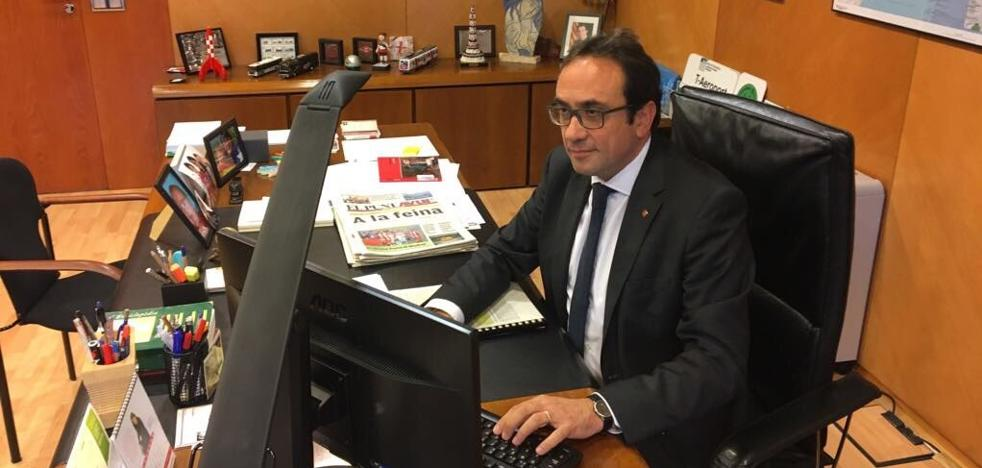 El exconsejero Rull se fotografía en su despacho: «Seguimos»