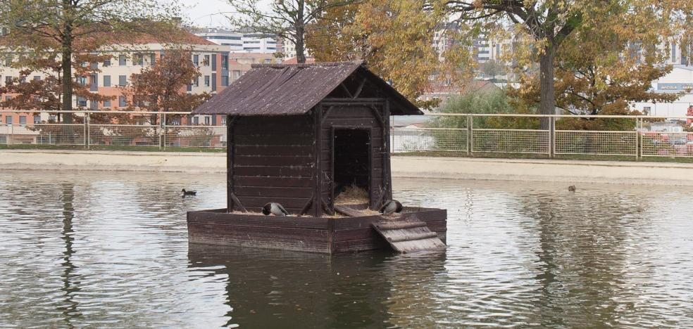 Recolocada la rampa de la casa de patos del Parque San Miguel