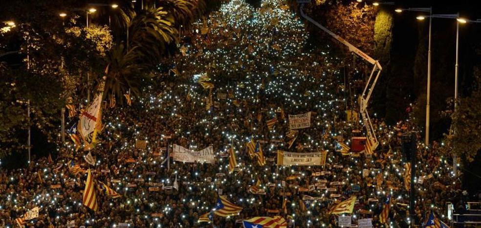Miles de personas exigen en Barcelona la «libertad de los presos políticos» y la República