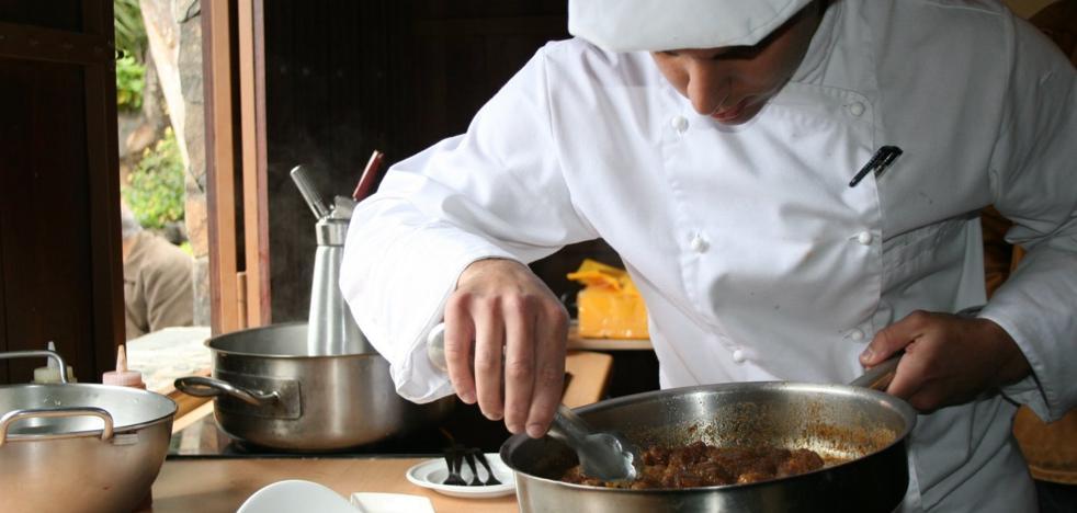 Se buscan cocineros y ayudantes con experiencia