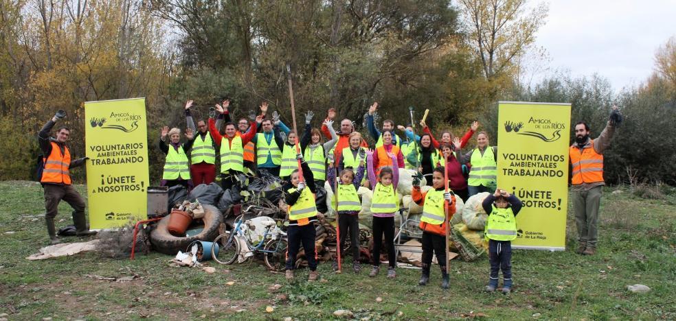 Más de 60 bolsas con basura fueron retiradas de las riberas del Najerilla por 30 voluntarios