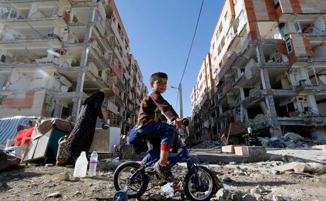 El seísmo de Irán deja 530 muertos y miles de afectados al raso bajo gélidas temperaturas