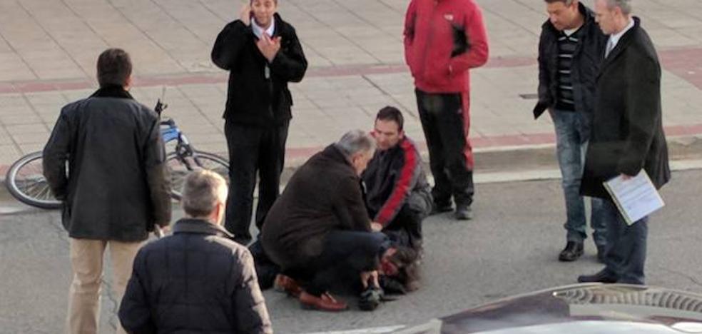 Un ciclista sufre una caída fortuita en la calle Estanque y es evacuado al hospital