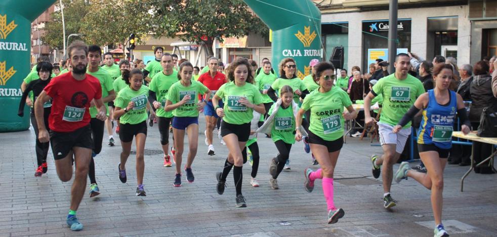 Dos centenares de corredores participan en la carrera el favor de la AECC