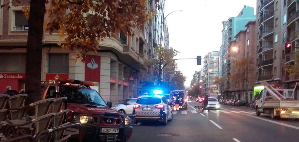 Policía y bomberos rescatan de su domicilio a una mujer mayor en la calle Somosierra
