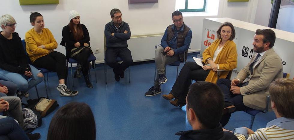 Gamarra recibe a los jóvenes que han participado en el programa Erasmus+