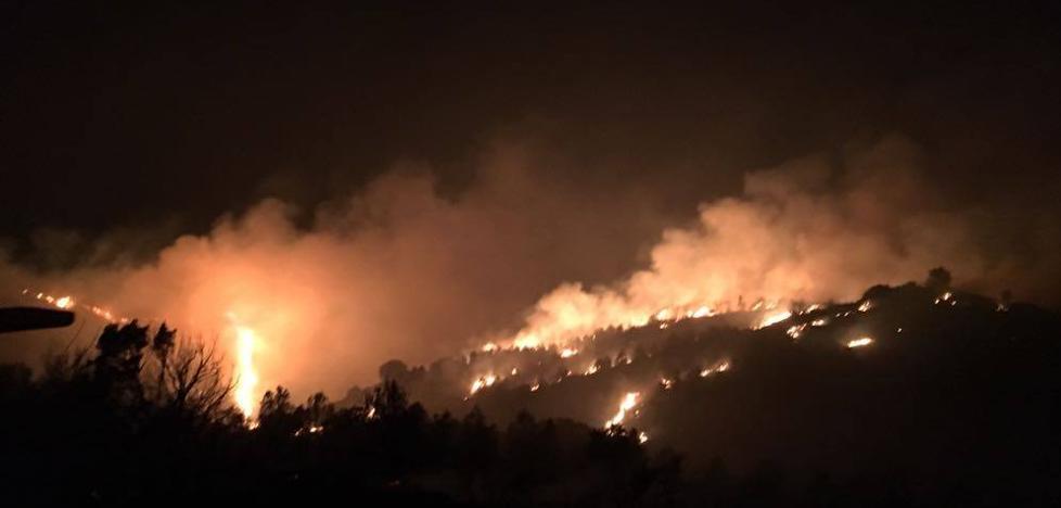 Los bomberos forestales intentan controlar un incendio en Gutur