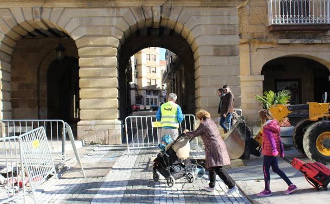 Cortado el paso en el arco de la plaza
