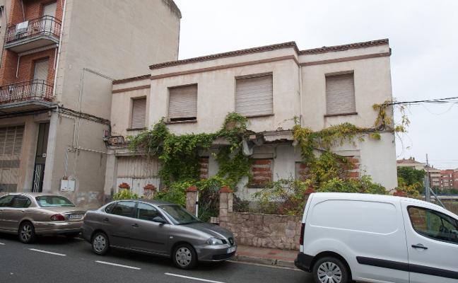 Un edificio en estado de ruina en el barrio de La Estrella