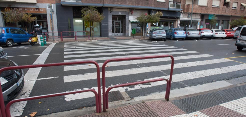Sigue la extraña ubicación de las barandillas en el paso de Huesca