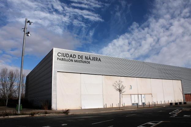 Exterior del pabellón multiusos Ciudad de Nájera, ubicado junto al río Najerilla y la autovía del Camino