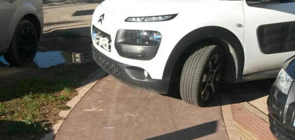 La Guindilla: aparcado sobre el carril bici
