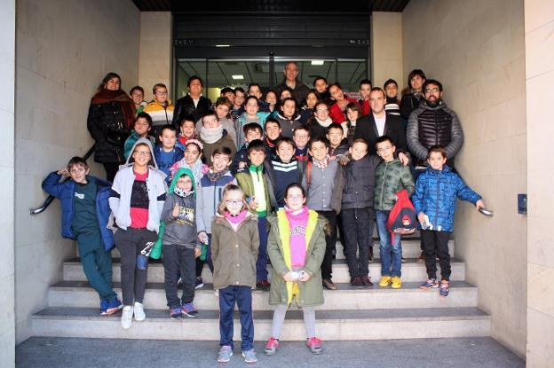 Alumnos, profesores y el alcalde, en la puerta del Consistorio