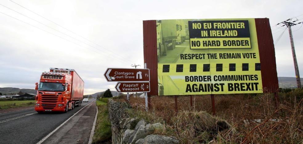 May, atrapada en su política para Irlanda