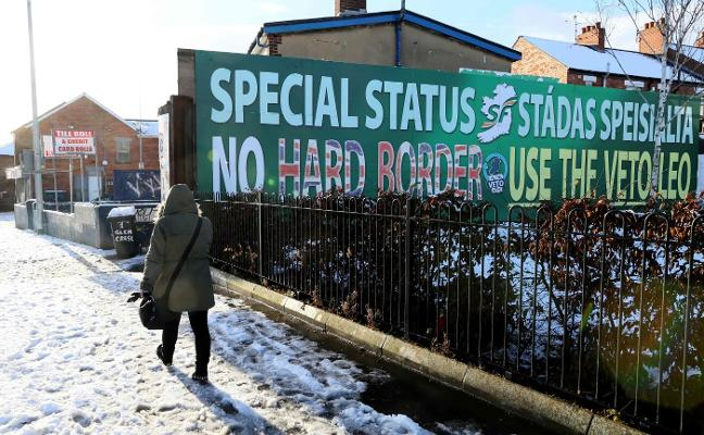 Gana Dublín mientras May pospone la hora de la verdad