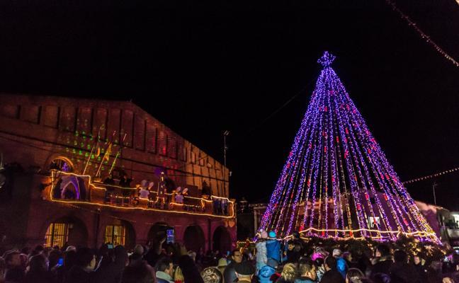 El árbol navideño con 1.632 botellas ya ilumina Grañón