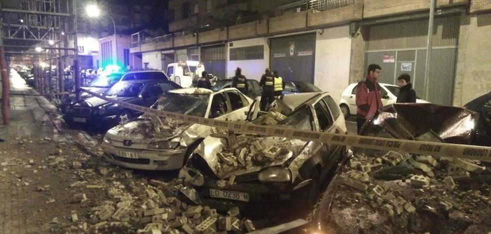 La borrasca Ana deja daños por toda La Rioja y derriba una cornisa destrozando varios coches en Logroño