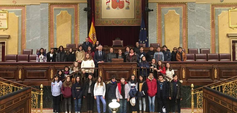 El PSOE critica que Gamarra sólo invitara a Del Río en su visita con los niños al Congreso