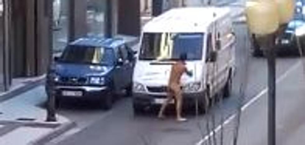 Detenido un hombre desnudo tras golpear varios vehículos en el centro de Tudela