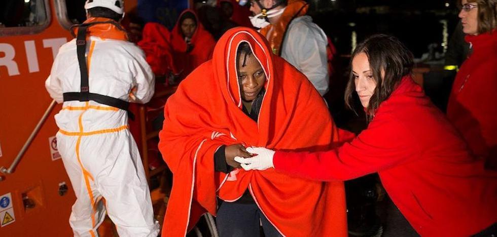 Rescatan de tres pateras a 114 personas, una de ellas fallecida