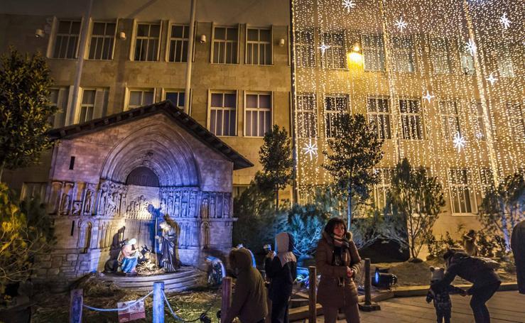El belén del Ayuntamiento de Logroño luce por la noche