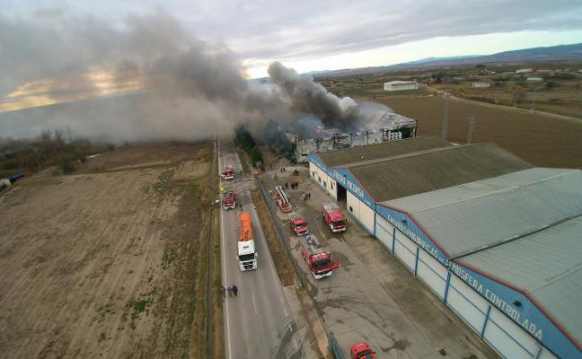 Un incendio devora un almacén de frutas en Alfaro con 1.500 toneladas de pera