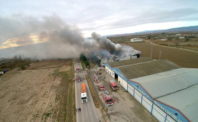 Continúan los trabajos de extinción del incendio del almacén de fruta de Alfaro